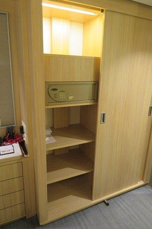 Viking Ve: Plenty of deep shelves and safe.