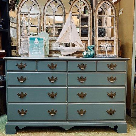 "Gulf Breeze, Floride: Custom painted dresser in Dixie Belle Paint Co's ""Stormy Seas"""