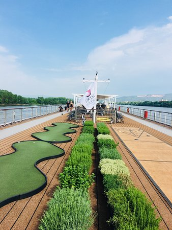 Viking Atla: Upper deck garden and putting green
