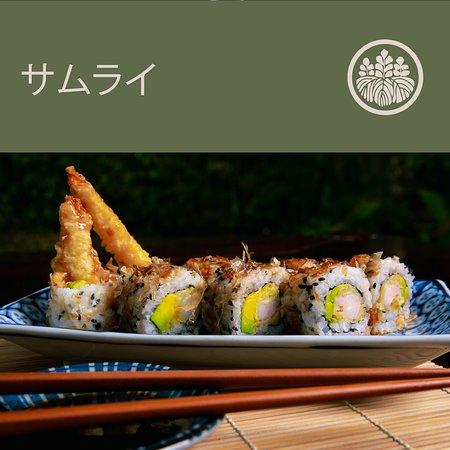 Nuestro Crunch Roll, compuesto de camarón tempura y aguacate. Salpicado de crujientes hojuelas de Katsuobushi, bañado en salsa de anguila. Con su sabor ahumado se vuelve irresistible al paladar. #SamuraiRD #SamuraiRestaurant