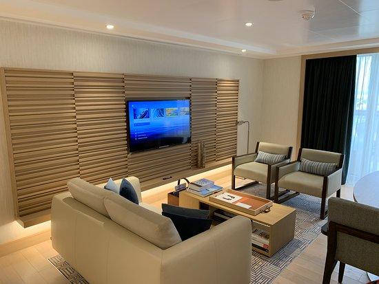 Viking Sky: Explorer suite living room