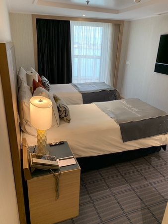 Viking Sky: Explorer suite with twin beds