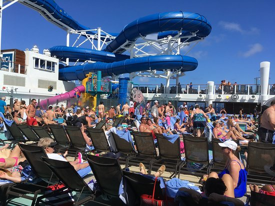 Norwegian Bliss: pool deck on sea day