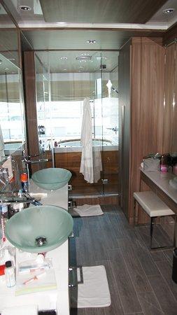 Azamara Quest: Bathroom - Spa suite