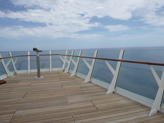 Oasis of the Seas: The sundeck, which you can access from port side, floor 14. It is a large and quiet spot with excellent views. This is just one of the viewing areas on the deck.
