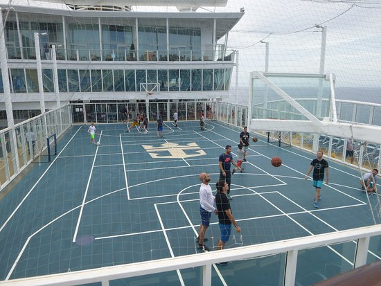 Oasis of the Seas: Great basketball court was a popular spot