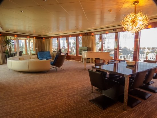 Norwegian Pearl: Living and Dining room