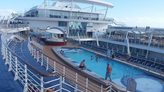 Oasis of the Seas: Pool area.