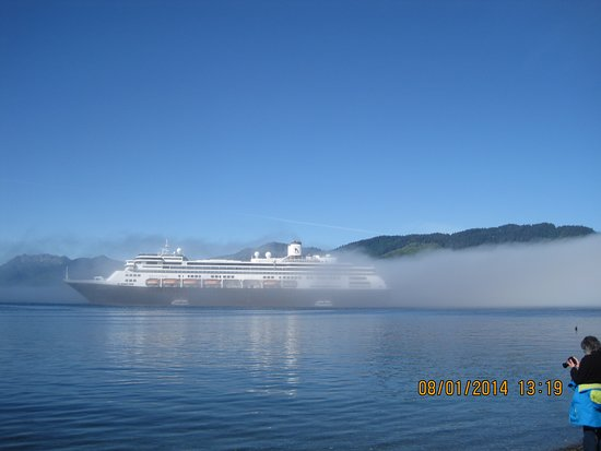 Nieuw Amsterdam: The fog rolls in on the ship as it is docked.