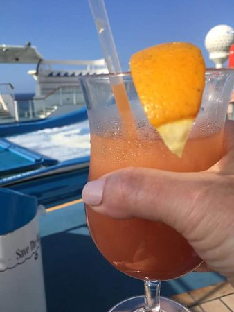 Independence of the Seas: Having drinks watching flowrider