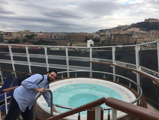 Norwegian Epic: hot tub in the spice h2o club