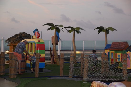 Liberty of the Seas: Putt-putt course