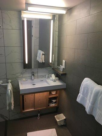 Azamara Quest: bathroom