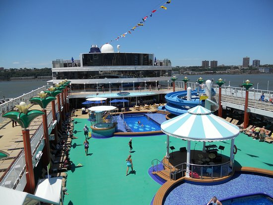 Norwegian Gem: An overview of the pool area on the Gem.