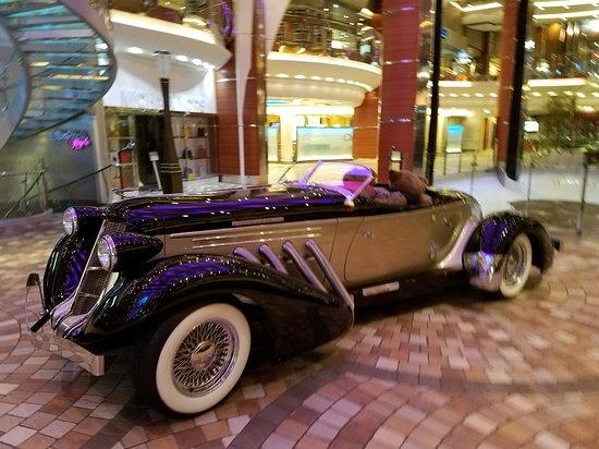 Oasis of the Seas: Car in promenade