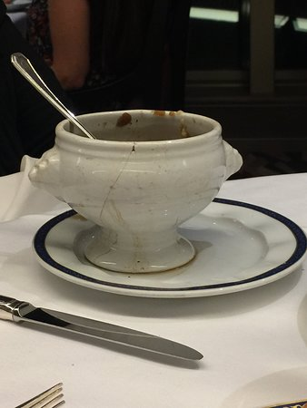 Nieuw Amsterdam: French onion soup served in cracked bowl