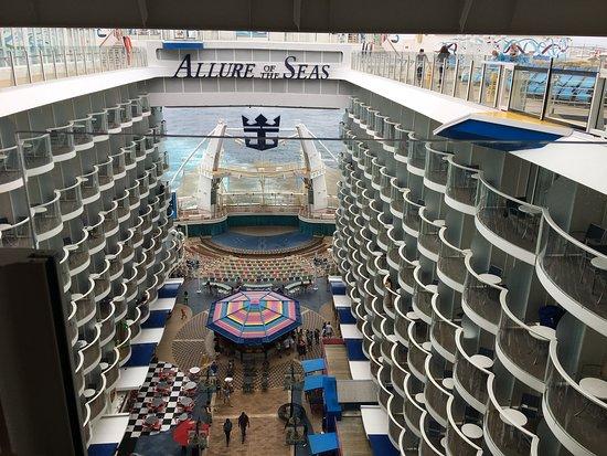 Allure of the Seas: Vista interna do navio