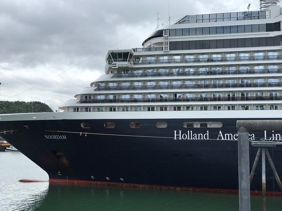 Noordam: Ship in port