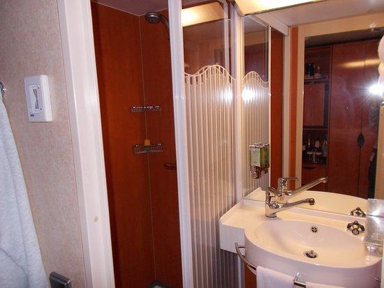 Norwegian Jade: shower on the left, with glass door