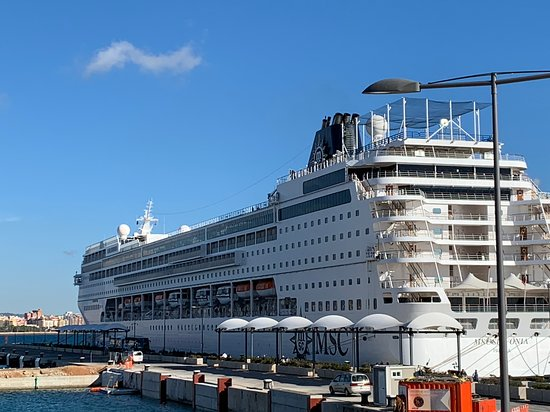 MSC Sinfonia: Docked in Valencia right in Downtown. Christmas celebrations.