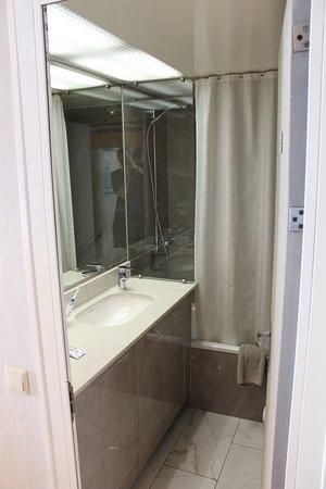 Horizon: The bathroom; clean and roomy