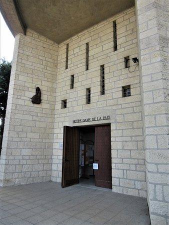 Eglise Notre Dame de la Paix: Portail d'entrée