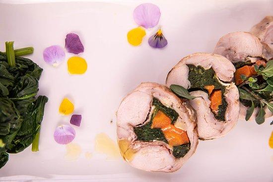 Coniglio disossato, ripieno di speck e verdure servito con spinaci saltati