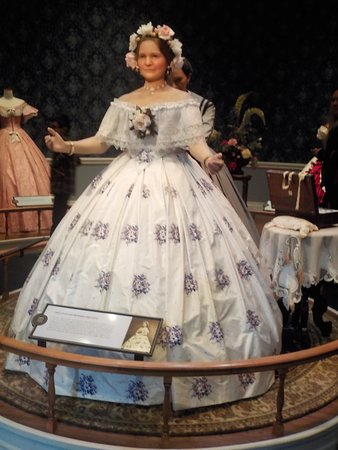 Exhibit depicting Mary Todd Lincoln who loved to shop.