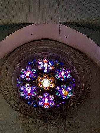 Impressionnante d'austérité, j'ai trouvé peu de charme à cette église romane du 11ème reconstruite au 13ème, en partie détruite au 14ème et 15ème, reconstruite en partie au 16ème, et classée en 1923. L'intérieur est peu accueillant, les traces d'humidité la ronge et le mobilier m'a semblé médiocre.  Pour les mordus du patrimoine, elle présente un intérêt mais je n'encourage pas la visite pour les curieux. Allez plutôt voir l'église Saint Pierre ès Liens à Vieux-Mareuil à quelques kms de là.