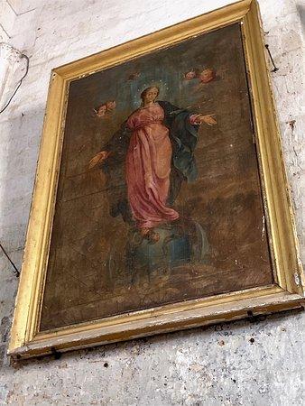 Eglise Saint-Theodore: Impressionnante d'austérité, j'ai trouvé peu de charme à cette église romane du 11ème reconstruite au 13ème, en partie détruite au 14ème et 15ème, reconstruite en partie au 16ème, et classée en 1923. L'intérieur est peu accueillant, les traces d'humidité la ronge et le mobilier m'a semblé médiocre.  Pour les mordus du patrimoine, elle présente un intérêt mais je n'encourage pas la visite pour les curieux. Allez plutôt voir l'église Saint Pierre ès Liens à Vieux-Mareuil à quelques kms de là.