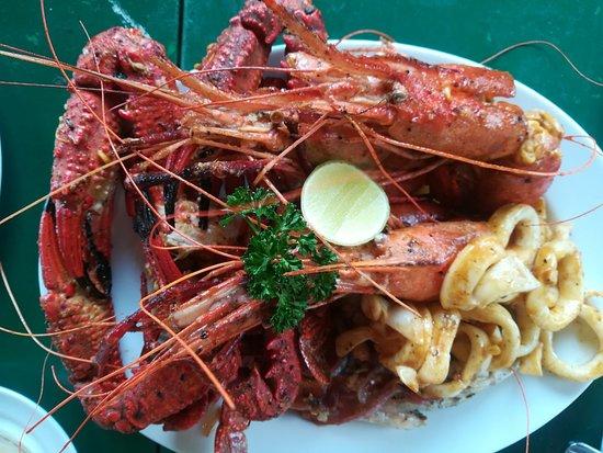 Ассорти морепродуктов: крабы, креветки, кальмары.
