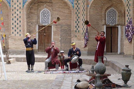 Spettacolo folkloristico in un cortile nel centro di Khiva