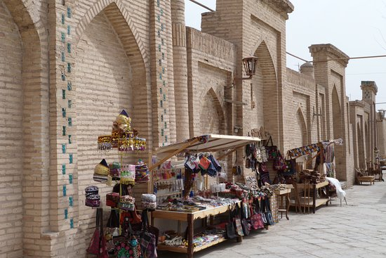 Le tante bancarelle che colorano le vie del centro di Khiva