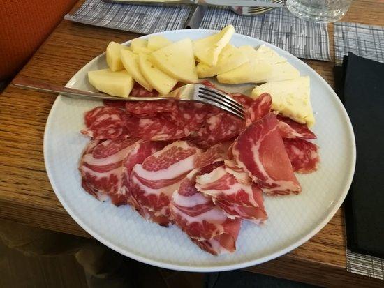 Radis: Antipasto con tris di salumi e bis di formaggi del territorio.