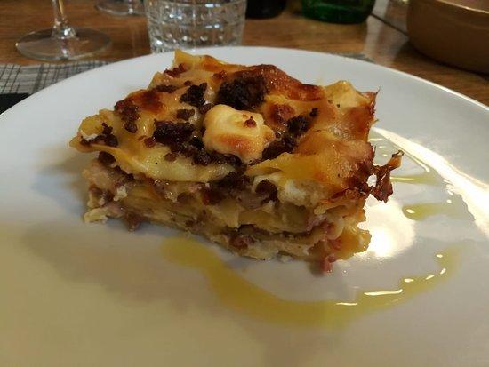 Radis: Lasagna bianca con carne, ricotta, mozzarella e funghi porcini.