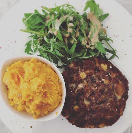 Steak végétal maison, composé de haricots rouges, pois chiches et un mélange d'épices.