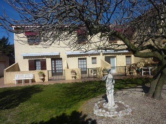 Le Sambuc, Francia: Nos bungalows donnant sur le jardin.