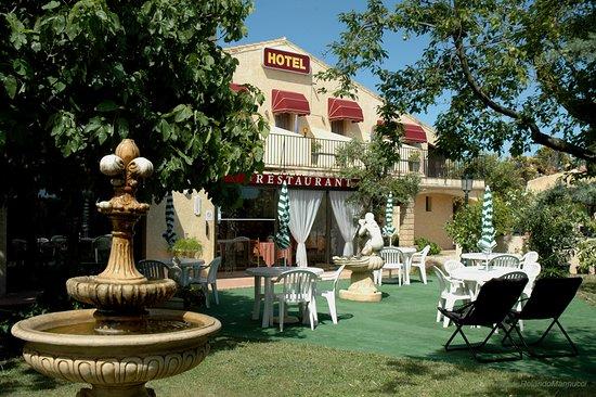 Le Sambuc, France: Notre terrasse pour le petit déjeuner ou le repas du soir.