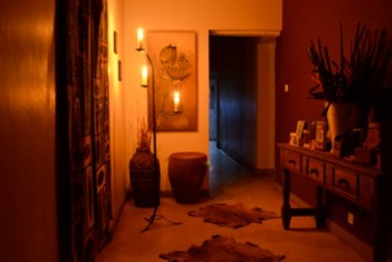 Gately Inn Entebbe: Reception hallway by night