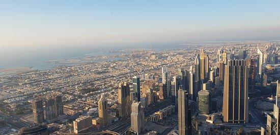 Вид со смотровой площадки 124 этажа Бурдж-Халифа на Дубаи