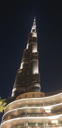 Потрясающий, уходящий высоко в небо Бурдж_Халифа вечером!
