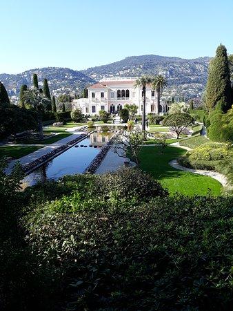 Vue de  la villa depuis les jardins à la française
