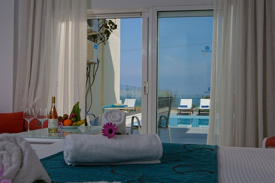 One bedroom suites with private pool and sea view