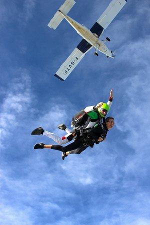 Sautez d'avion et vivez le saut en tandem avec Newton Parachutisme. Une expérience pleine d'adrénaline. Contact au 06 10 45 89 80