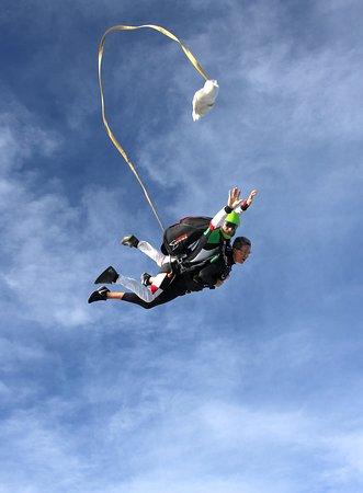 Besoin de sensations fortes ? Venez sauter en tandem avec Newton Parachutisme. Contact au 06 10 45 89 80