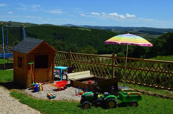 Le Jardin de Chalets: Les jeux d'extérieur : trampoline, portique, cabane, bac à sable...