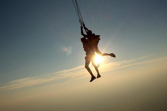 De Mars à Décembre retrouvez Newton Parachutisme pour découvrir la chute libre en région PACA. Contact au 06 10 45 89 80