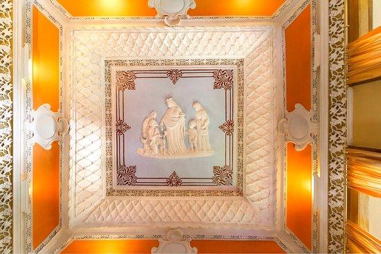 Casa das Tilias: Tecto de estuque em relevo representado a Rainha Santa Isabel, no Salão de Estar