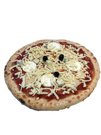 Jarville-la-Malgrange, فرنسا: Un grand choix de pizzas (les plus plébiscitées dans notre restaurant) sont à retrouver chaque jour (et chaque nuit) dans ce distributeur de gourmandises à l'italienne. Le distributeur est rechargé chaque jour (voire plusieurs fois par jour) avec les pizzas réalisées par nos soins, sans différences avec celles confectionnées à la pizzeria de Jarville :  Ce sont les mêmes…  des vraies pizzas de pizzaïolo, avec notre fameuse pâte maison et des produits frais, de qualité.