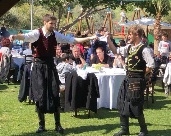 Saint Ermogenis Tavern: Traditional dance
